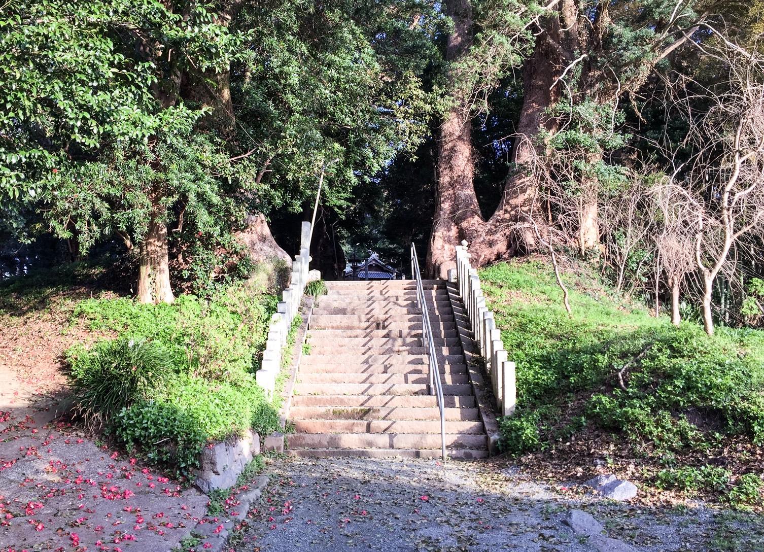五所八幡宮入り口を過ぎて階段を上る